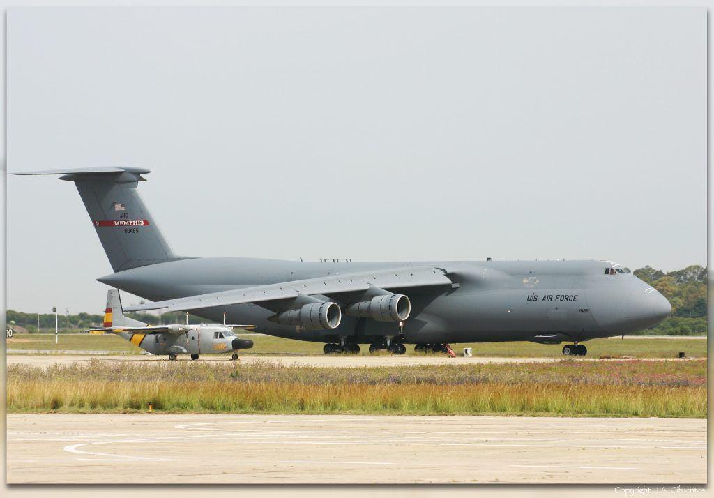 Lockheed C-5 Galaxy de la USAF y CASA C-212 Aviocar del Ejercito del Aire.
