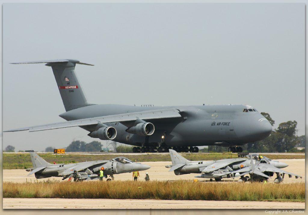 Lockheed C-5 Galaxy de la USAF y Harrier II Plus de la Novena Escuadrilla de la Armada