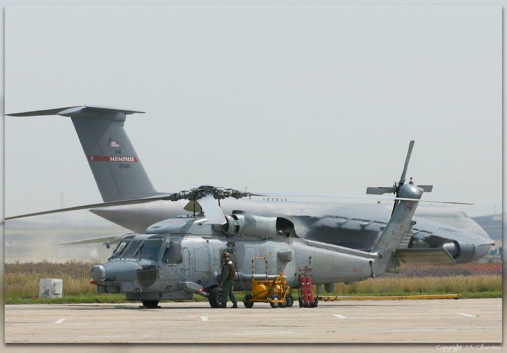 Sikorsky SH-60B Sea Hawk de la Tercera Escuadrilla de la Armada y Lockheed C-5 Galaxy de la USAF.