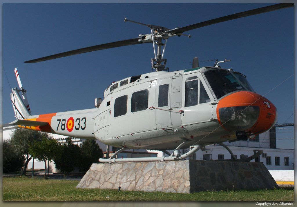 Monumento al Bell UH-1H.