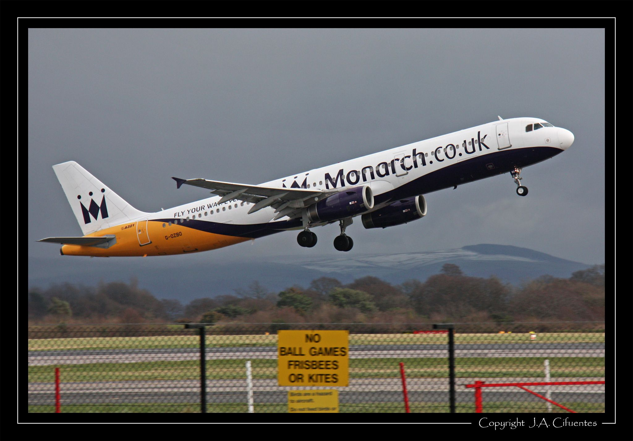 Airbus A321-231 (G-OZBO) de Monarch Airlines.