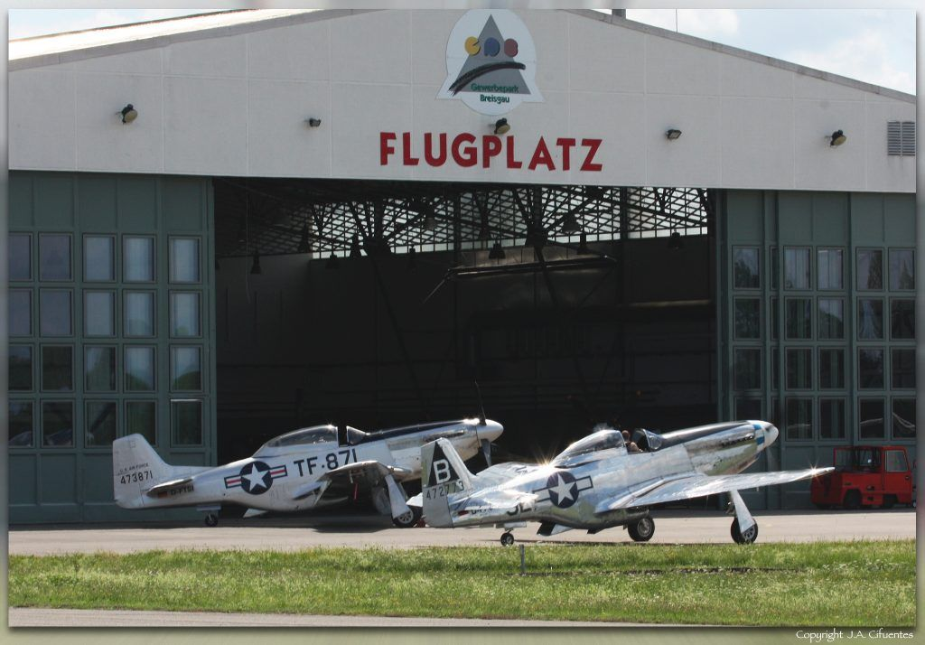 North American P-51 Mustang Lucky Lady VII (D-FPSI) y North American TF-51D Mustang (D-FTSI).