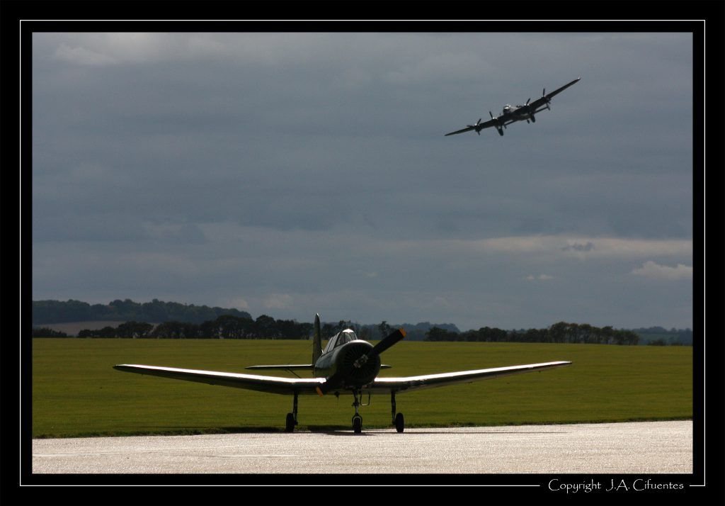 Yakolev Yak-18A y Avro 683 Lancaster.
