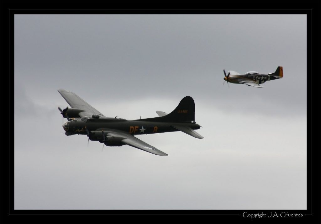 """Boeing B-17G Flying Fortress """"Sally B"""" y North American P-51 Mustang """"Miss Velma""""."""