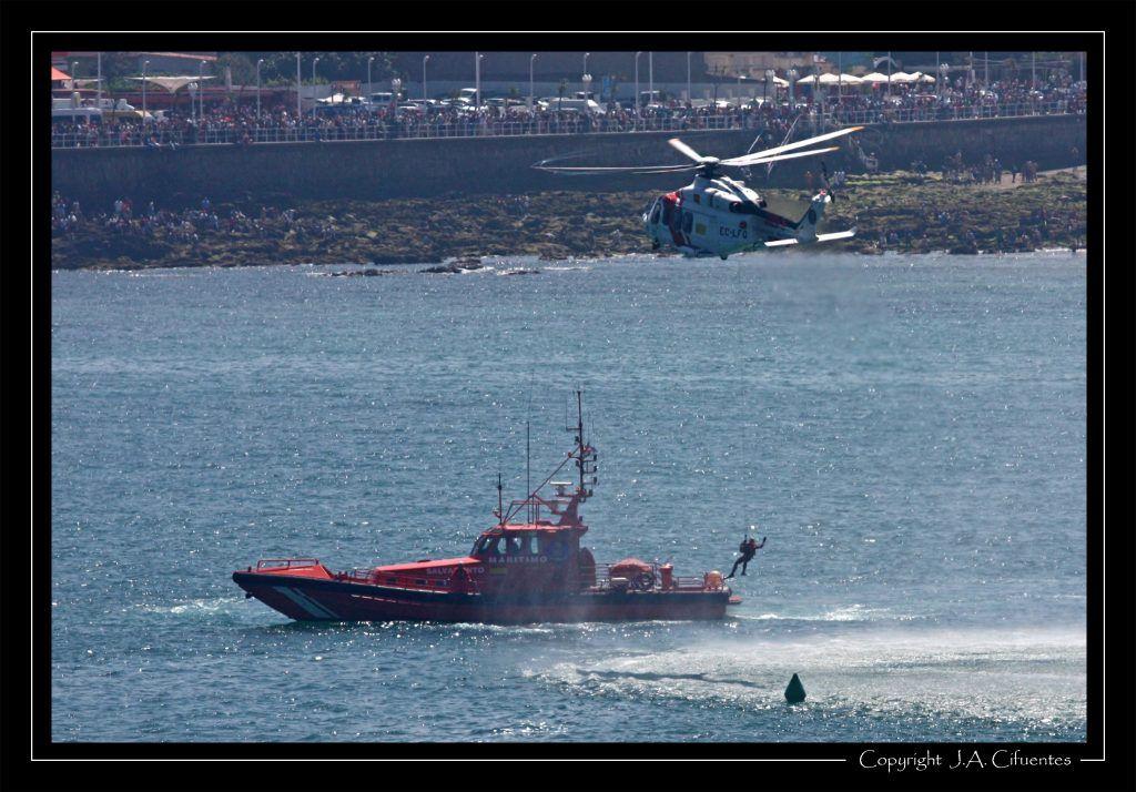 AgustaWestland AW139 (EC-LFQ) y la embarcación «Salvamar Rigel» de Salvamento Marítimo.