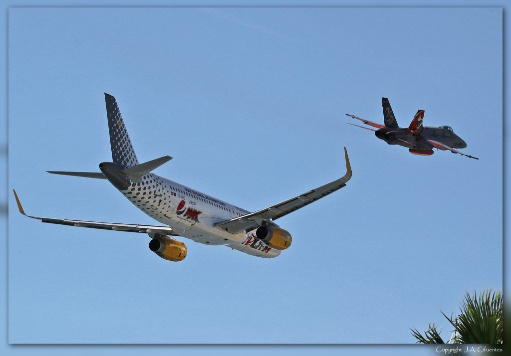 Airbus A320-232 WL (EC-MEQ) de Vueling y McDonnell Douglas F/A-18 Hornet de Ejercito del Aire.