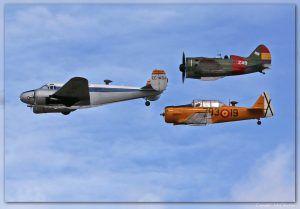 """La """"Formación Eco""""de la FIO: Beechcraft 18 C-45 H, North American T-6 """"Texan"""" y Polikarpov I-16 """"Rata"""" o """"Mosca""""."""