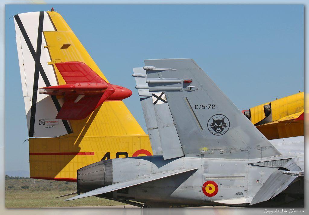 McDonnell Douglas F/A-18 Hornet (C.15-72 / 12-30) y Canadair CL-215T (UD.13 / 43-28) del Ejército del Aire.