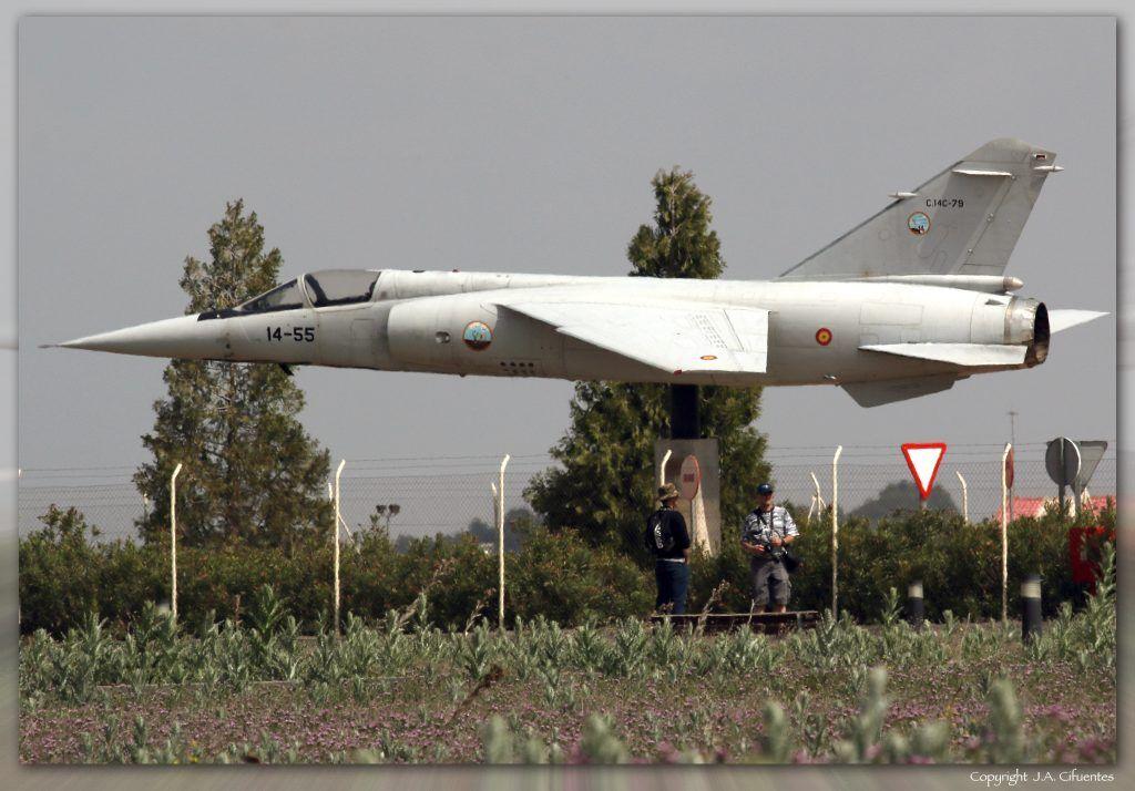 Spotters junto monumento Mirage F-1.