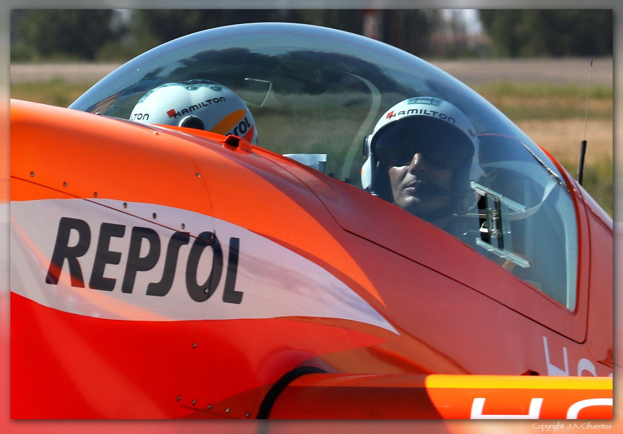 Juan Velarde con su Extra 330LX