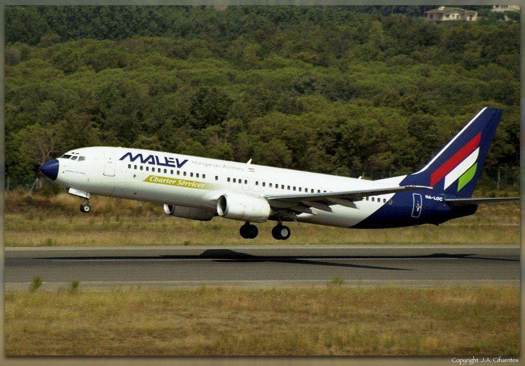 Boeing 737-800 (HA-LOC) de Malev Hungarian Airlines.