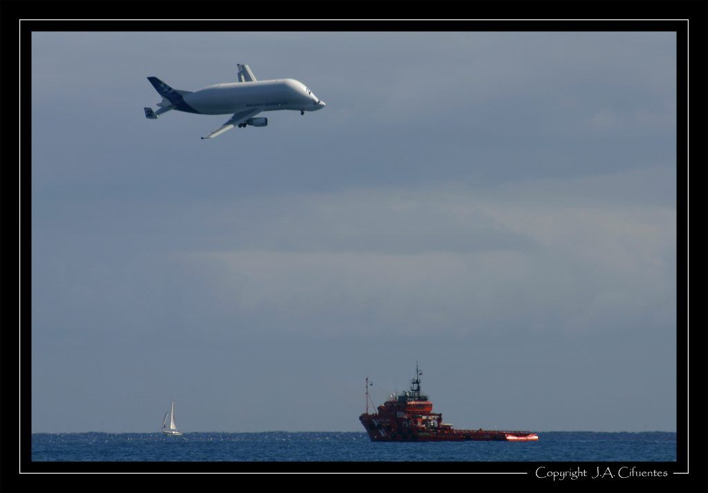 "Airbus A300B4-608ST Super Transporter ""Beluga"" y ""Remolcosa V"" de Salvamento Marítimo."