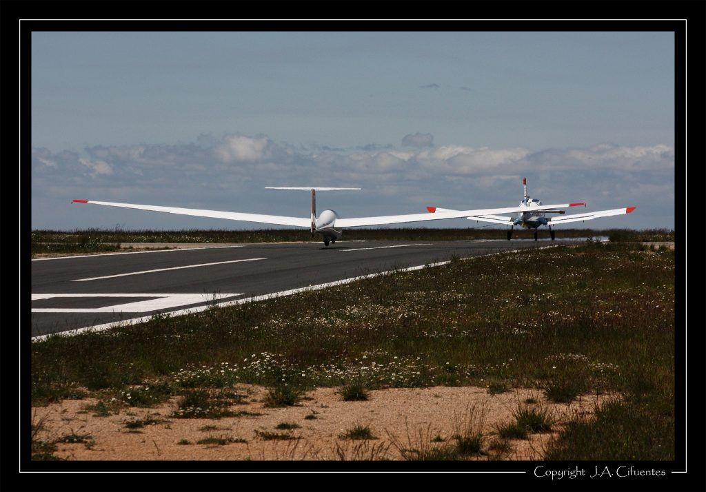 Morane Saulnier MS893A Rallye 180 EC-LDT y Schleicher ASK-21 EC-JEQ del Club Nimbus de Vuelo a Vela.