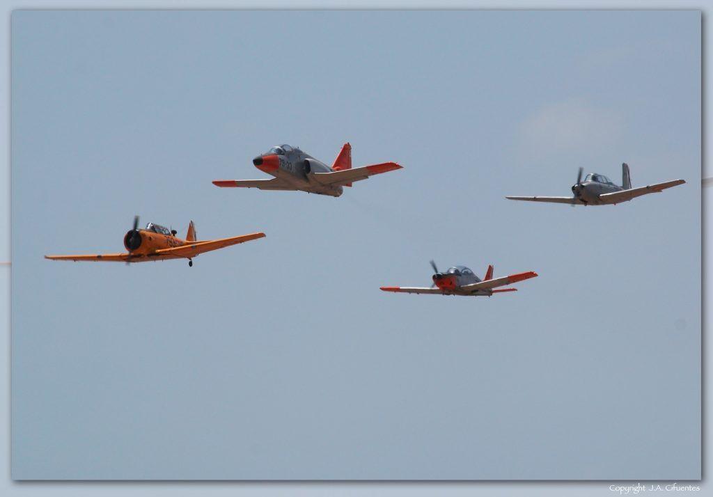 "Pasada histórica: North American T-6 ""Texan"", CASA C-101 ""Aviojet"", ENAER T-35 ""Pillán"" y Beechcraft T-34 ""Mentor""."