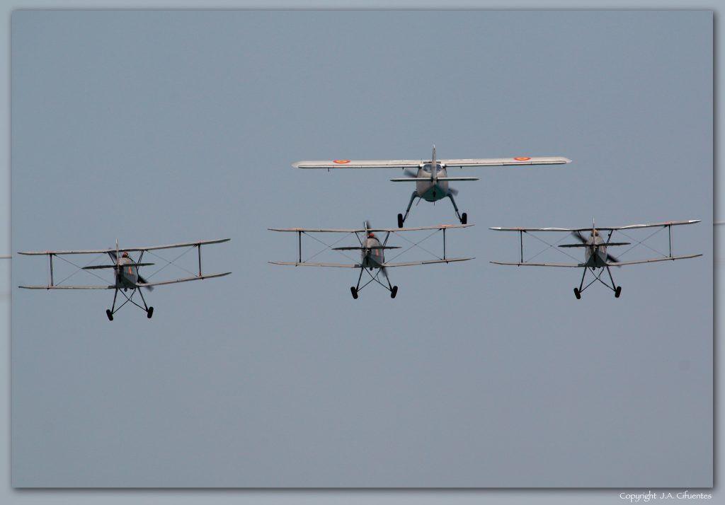 Pasada histórica: Dornier Do-27 y tres Bücker Bü 131 Jungmann.
