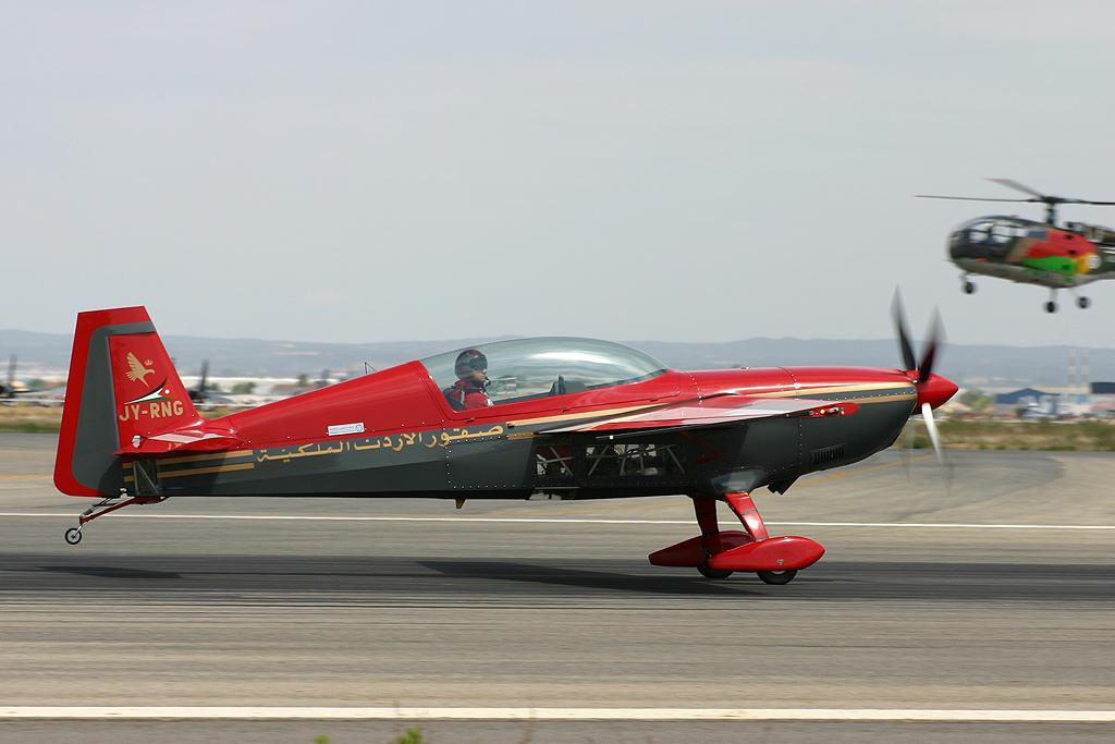Extra EA.300S de la Patrouille Royal Jordanian Falcons.