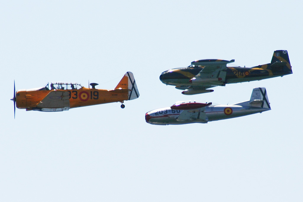 "North American T-6 ""Texan"" (EC-DUN) de la FIO, Hispano Aviación HA-220 ""Super Saeta"" (EC-DXJ) de la FACV y HA-200-D ""Saeta"" (EC-DXR) de la FIO."