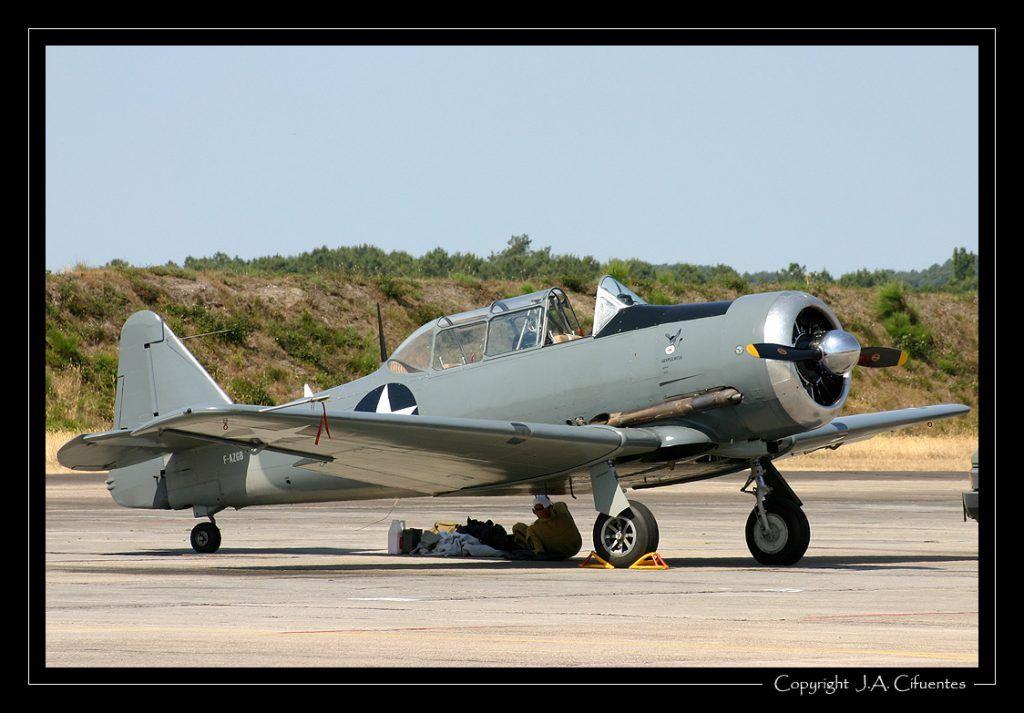 North American T-6 Harvard (F-AZGB).