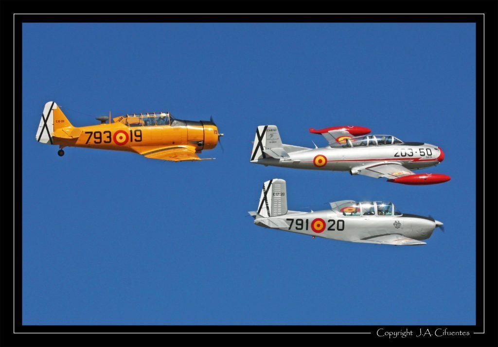 Hispano Aviación HA-200-D Saeta (EC-DXR), Beech T-34A Mentor (EC-GMD) y North American T-6G Texan (EC-DUN).
