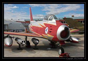 """North American F-86 """"Sabre"""" con los colores de la """"Patrulla Ascua""""."""