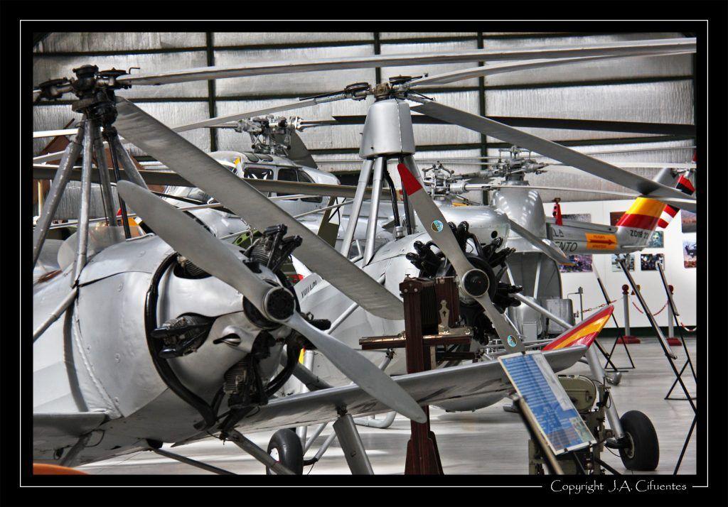 Autogiros La Cierva C-19MK-4P y La Cierva C-30 en el hangar 3.