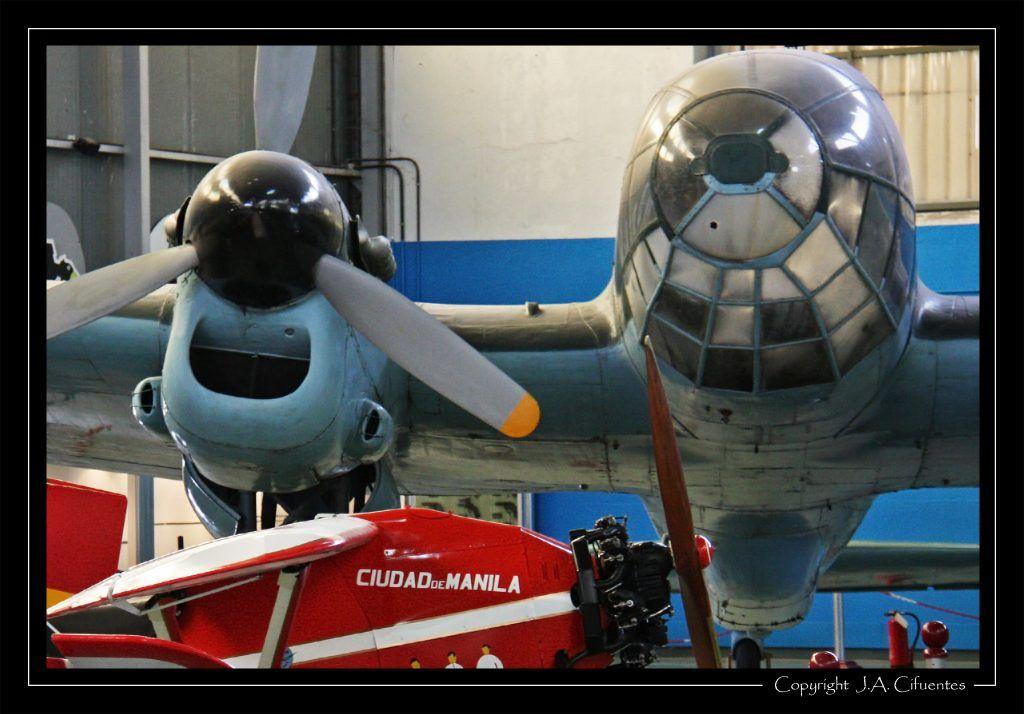 "Loring Comper Swift ""Ciudad de Manila"" junto a un CASA C-2.111-H-16-L en el hangar 1."