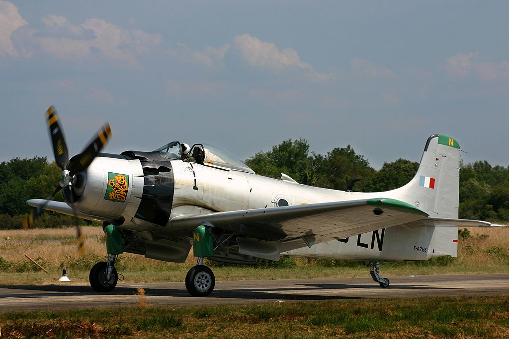 Douglas AD-4N Skyraider (F-AZHK).