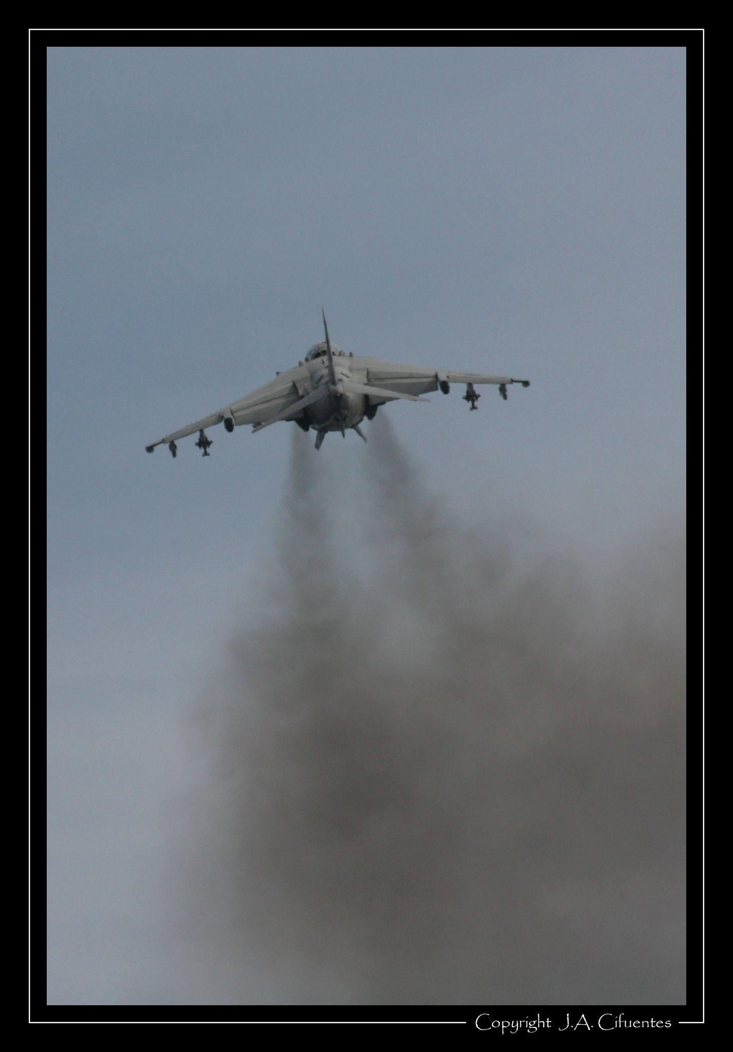 McDonnell Douglas AV-8B Harrier de la Armada.
