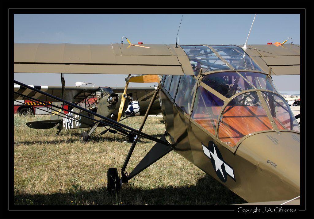 Piper J-3C-65 (L4-H) Cub (EC-GQE) de Ángel Alejo (operado por la Fundación Infante de Orleans) y Piper L-14 .