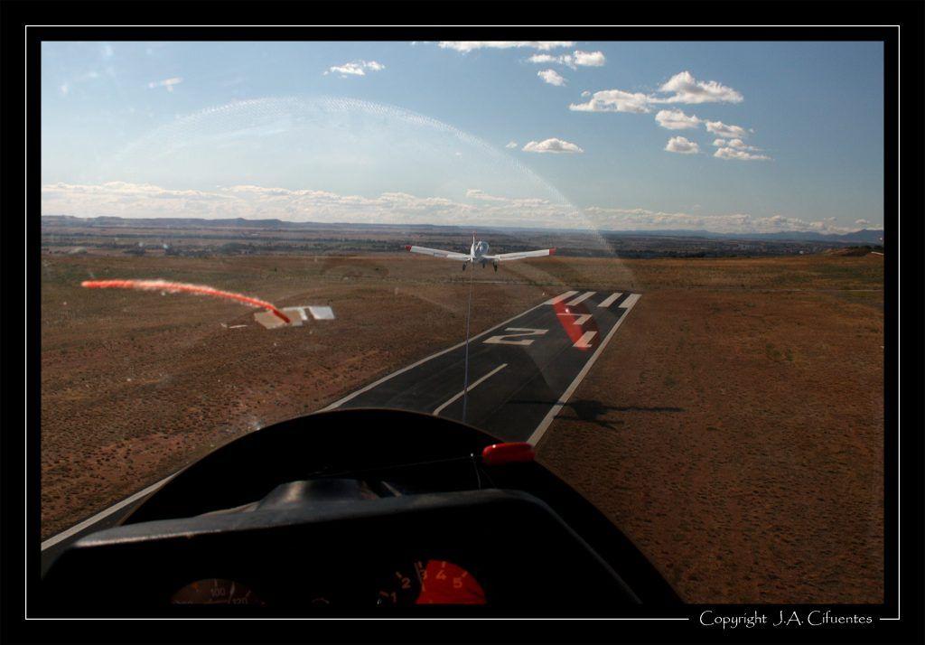 Ya en el aire con viento cruzado. Vuelo a vela en el Schleicher ASK-21 EC-JEQ del Aeroclub Nimbus.