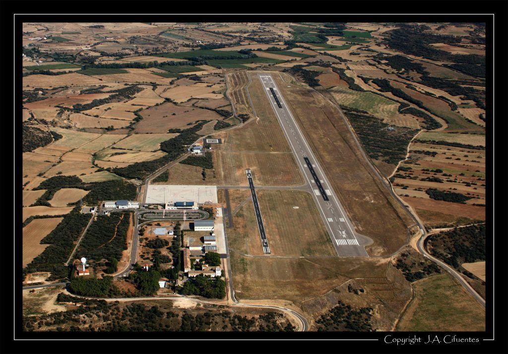 Aeropuerto de Huesca (el de Monflorite de toda la vida). Vuelo a vela en el Schleicher ASK-21 EC-JEQ del Aeroclub Nimbus.
