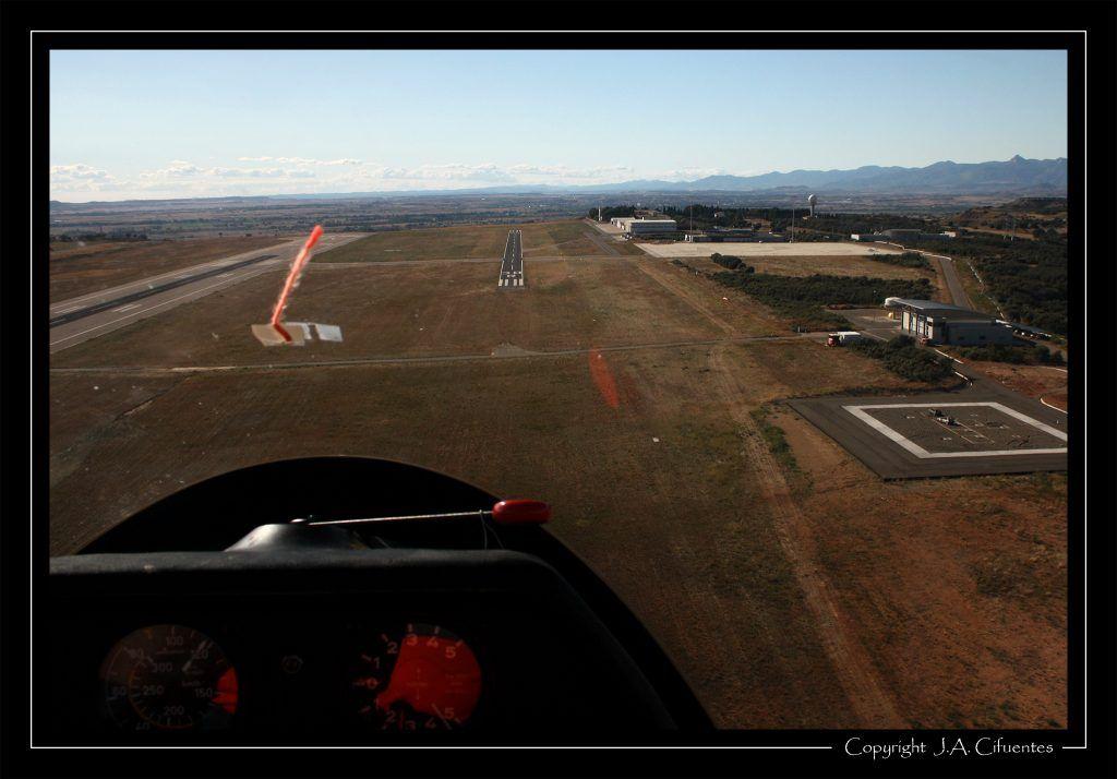 En final para la 30R. Vuelo a vela en el Schleicher ASK-21 EC-JEQ del Aeroclub Nimbus.