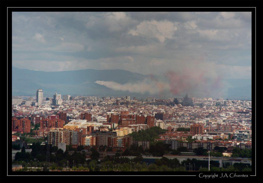 Patrulla Águila sobrevolando Madrid el 2 de mayo de 2011.