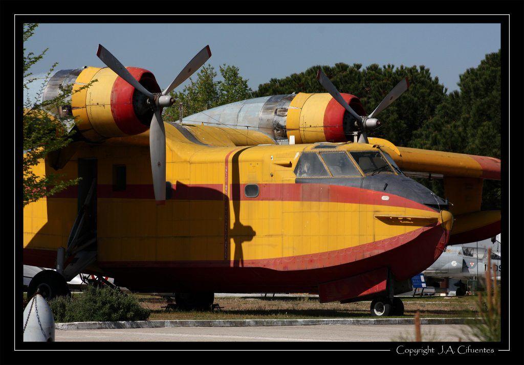 Canadair CL-215.