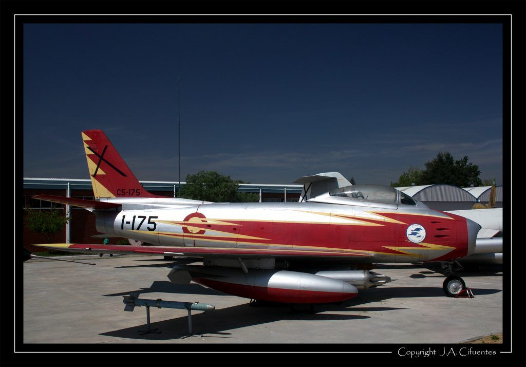 North American F-86 Sabre con los colores de la Patrulla Ascua.