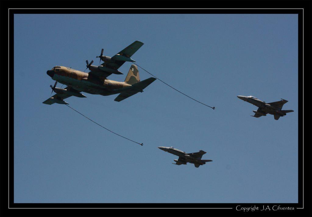 """Lockheed KC-130 Hercules del Ala 31 y McDonnel Douglas F-18 """"Hornet"""" del Ala 15 del Ejercito del Aire."""