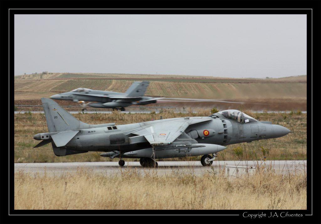 "Harrier II Plus de la Novena Escuadrilla de la Armada y McDonnel Douglas F-18 ""Hornet"" Ala 46"