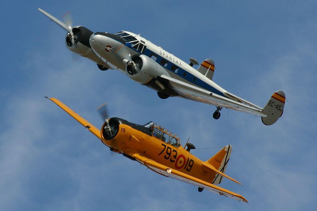 Beechcraft 18 C-45 H «Twin Beech» (EC-ASJ) y North American T-6 «TEXAN» (EC-DUN).