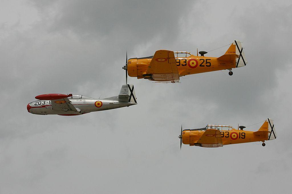 Hispano Aviación HA-200-D Saeta (EC-DXR) y North American T-6 «TEXAN» (EC-DUN y EC-DUM).